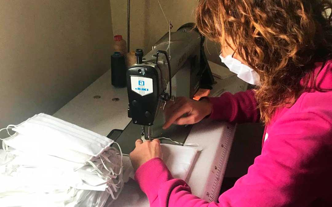 Una voluntaria cosiendo mascarillas en Nonaspe.