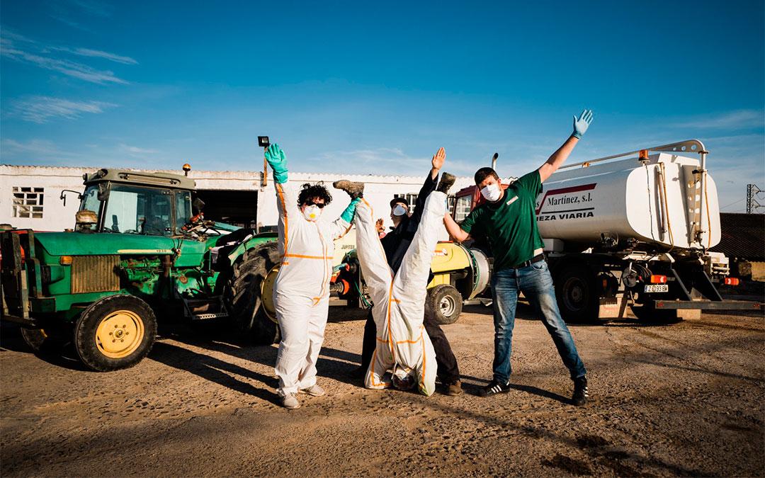 Agricultores caspolinos (Conchita Molina, José Manuel Bel y Carlos Marqués) junto a Abraham Martínez, de la empresa Planas Martínez, preparándose para desinfectar las zonas del entrono de Caspe./ Cesáreo Larrosa