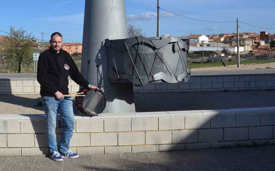 Aitor con su tambor en el monumento de Andorra este mes de marzo. M. Q.