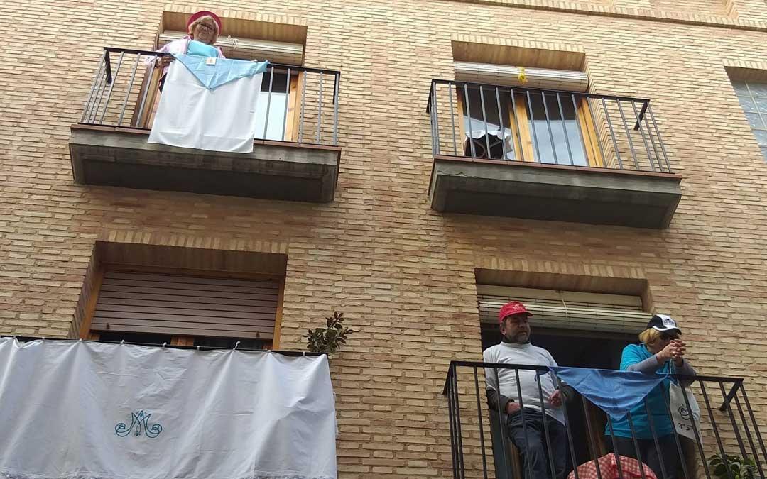 Vecinos de Albalate, en un momento de este Lunes de Cuasimodo que se celebró en los balcones. / Ayto. Albalate