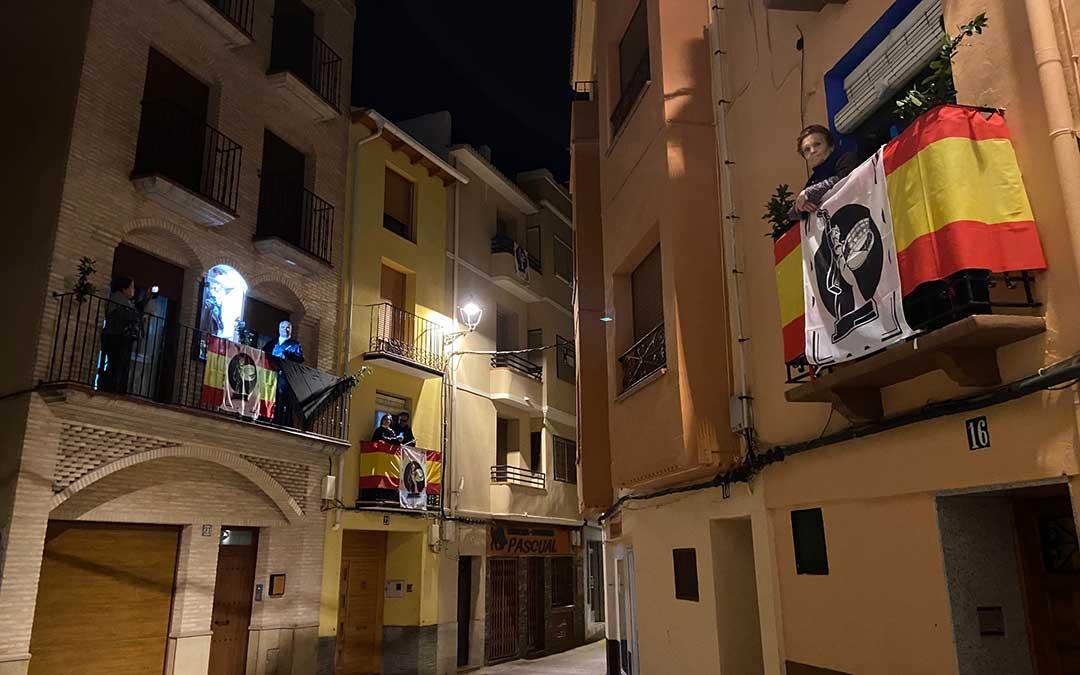 Balcones y ventanas lucen esta semana santa engalonados en Albalte./Alicia Martín