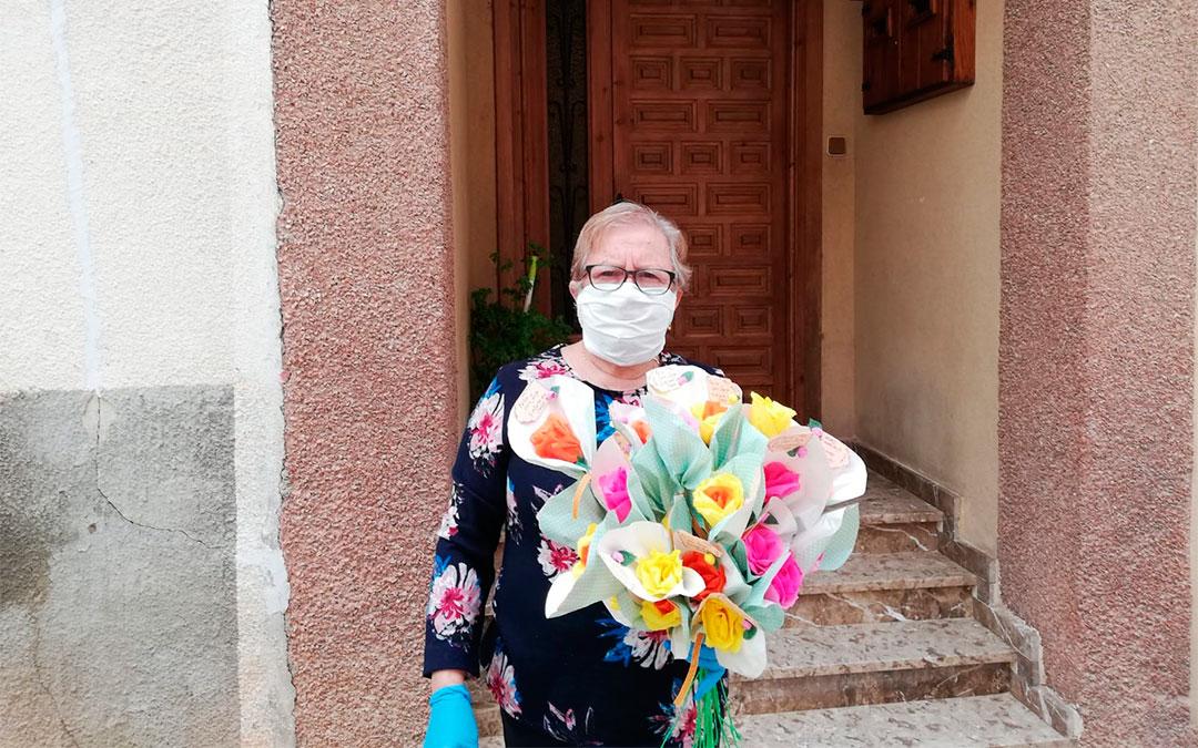 La alcadesa de Crivillén, Josefa Lecina, ha repartido flores de papel entre los vecinos./ L.C.