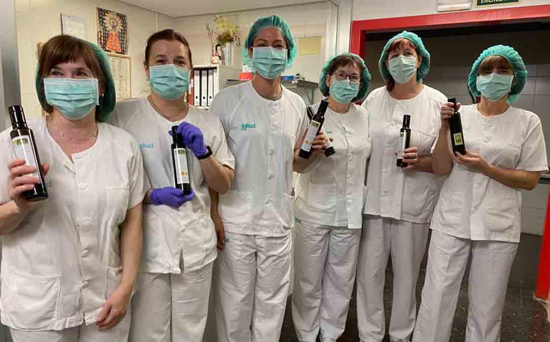 El personal del hospital con las unidades de aceite de oliva