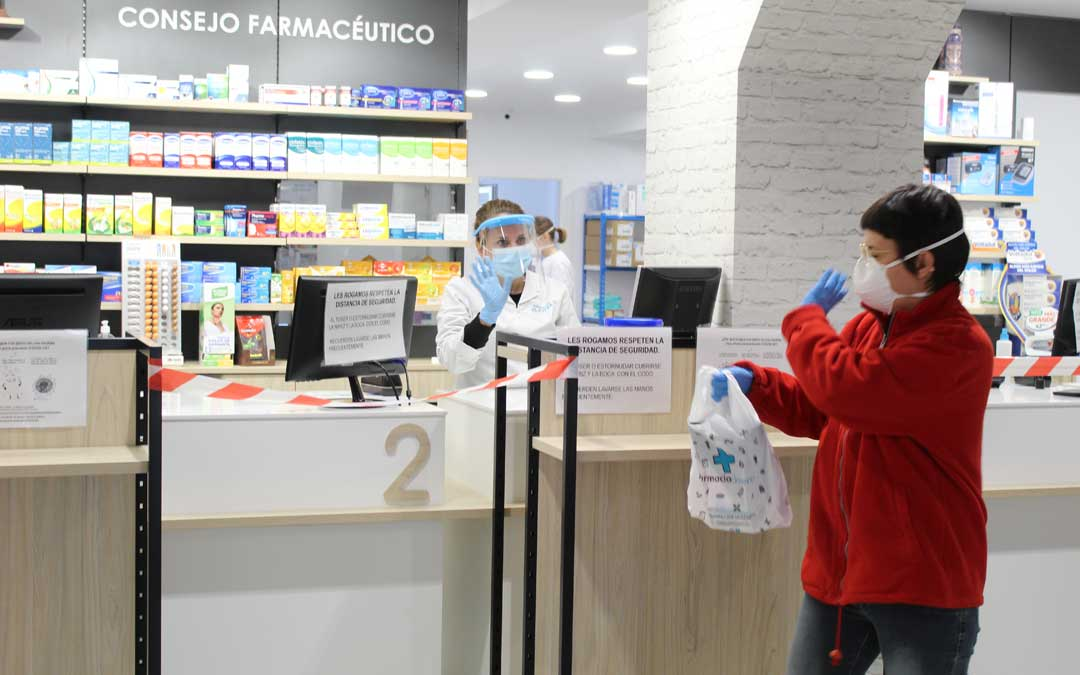 Recogida de medicamentos en este caso, en Farmacia Clavera. El usuario debe contactar por teléfono con su establecimiento de referencia y allí se los prepararán y dejarán listos para entregar a Cruz Roja que los llevará al domicilio. / B. Severino