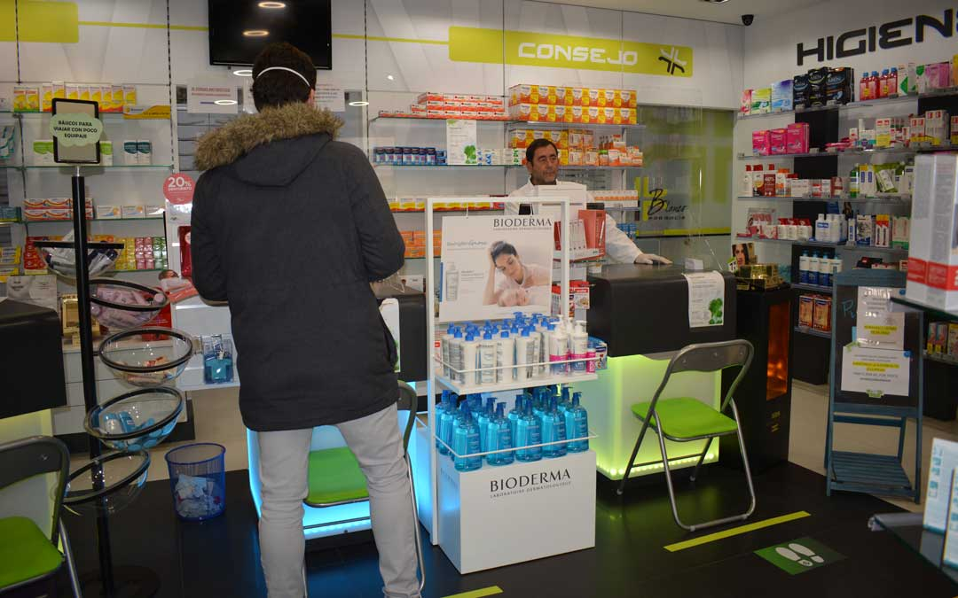 Farmacia Blanco, en Alcañiz, despachando tras una mampara ya en estado de alarma. / Iulia Marinescu