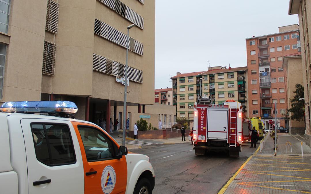 Los efectivos de emergencias pasando por el Hospital de Alcañiz a las 20.00./ L.C.
