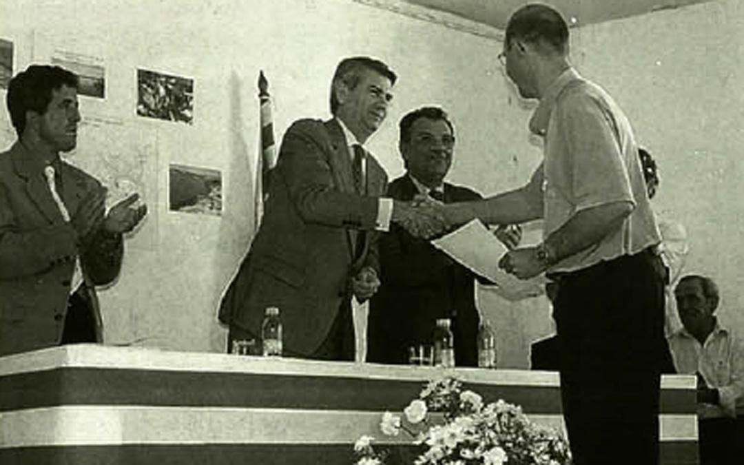 En la entrega de títulos del PEBEA en Jatiel a finales de los 90. / Archivo La COMARCA