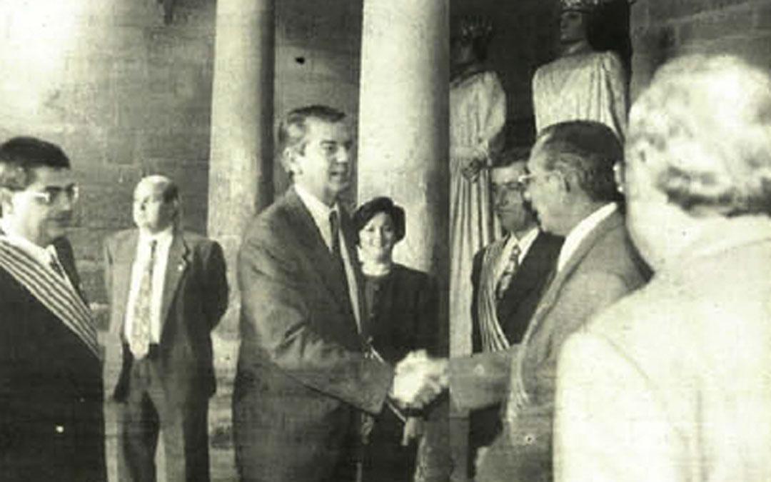 Visita de Santiago Lanzuela al Ayuntamiento de Alcañiz en noviembre de 1995. / Archivo La COMARCA