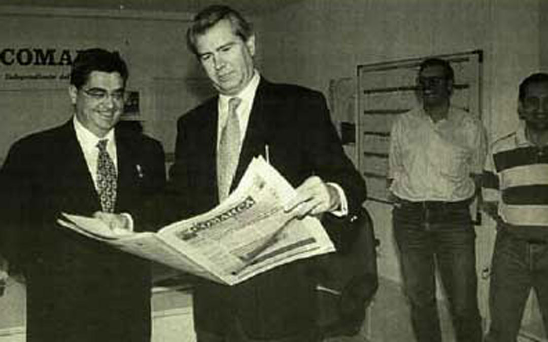 En la redacción de La COMARCA en junio de 1998 con Carlos Abril, entonces alcalde de Alcañiz. / Archivo La COMARCA