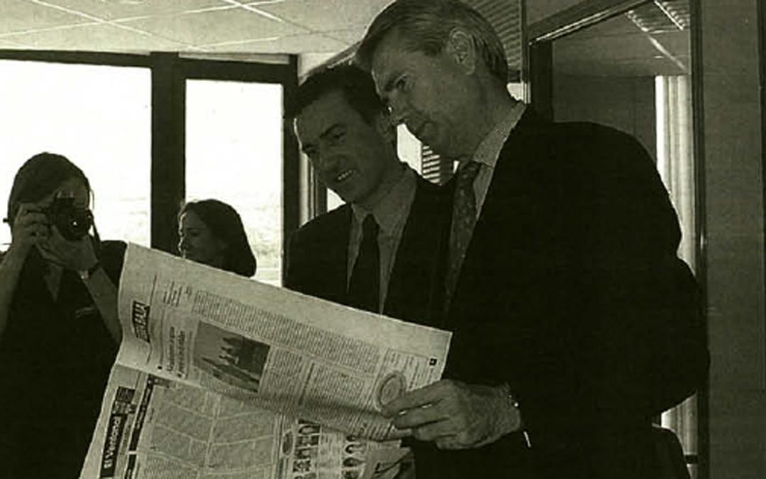 En la redacción de La COMARCA junto al presidente del Grupo, Raimundo Cubeles, en junio de 1999. / Archivo La COMARCA