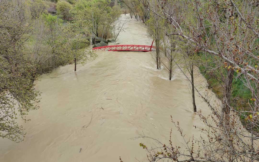 El nivel del río Guadalope alcanzó varios caminos y pasarelas.