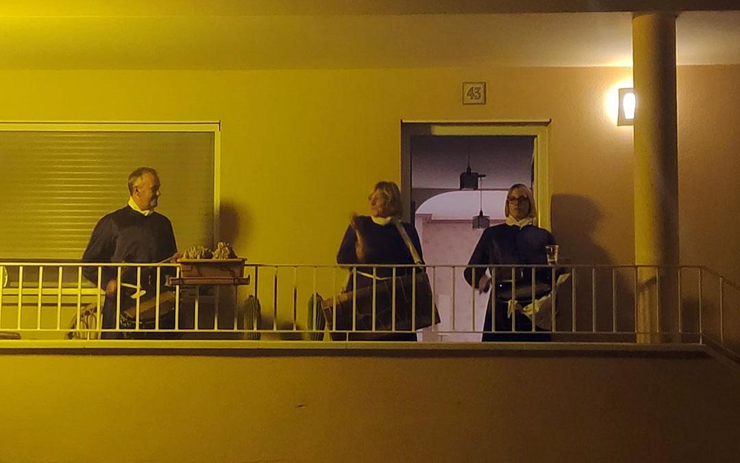 Alcorisa. Una familia en la terraza tras Romper la Hora.