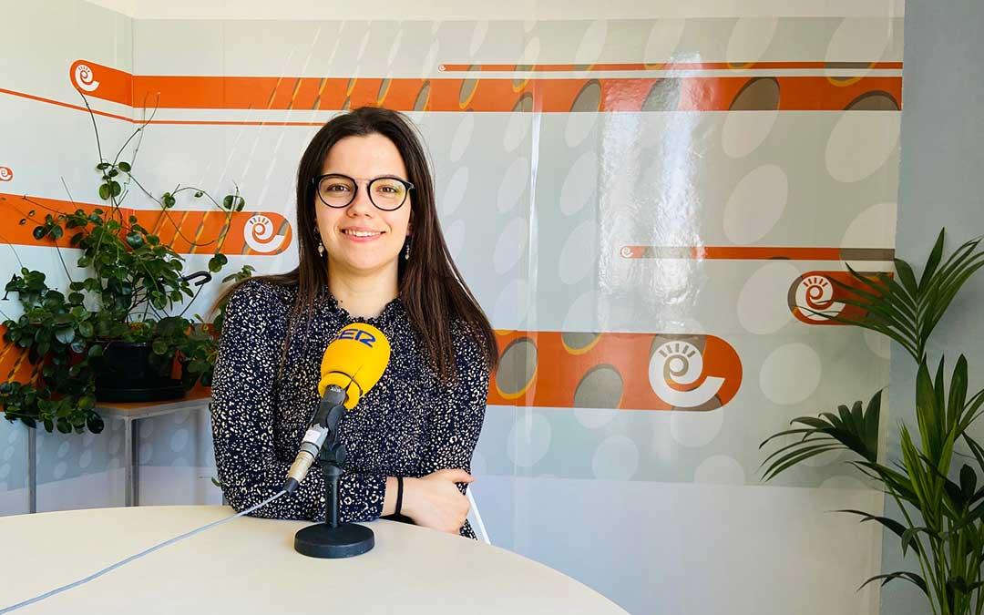 Alicia Martín, en el estudio de Radio La Comarca./ L.C.