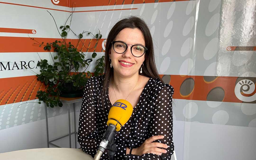 Alicia Martín en el estudio de Radio La Comarca./ L.C.