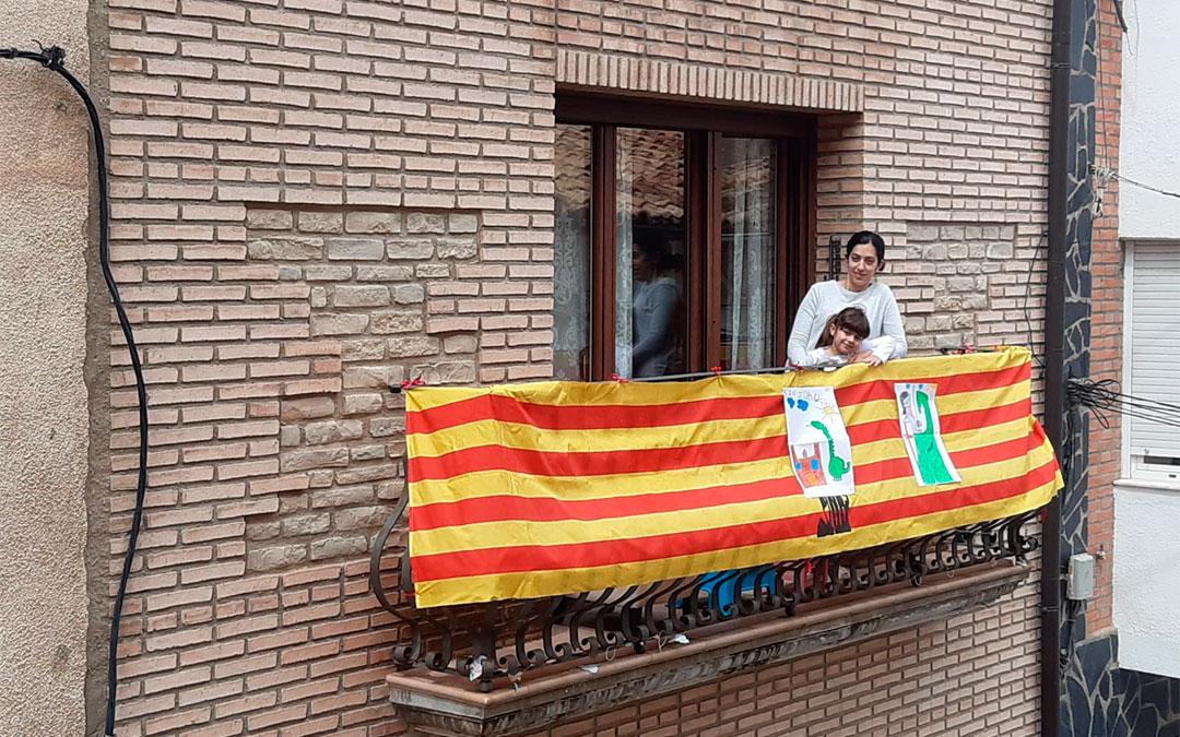 Madre e hijas andorranas posan en su balcón engalanado por el Día de Aragón./ L.C.