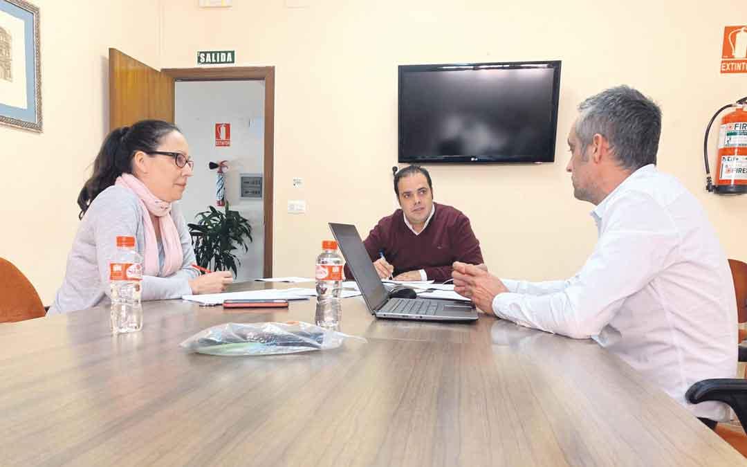 Quílez (edil de Hacienda), Amador (alcalde) y Miguel (Pte. Empresarios) este lunes reunidos en el Ayuntamiento de Andorra