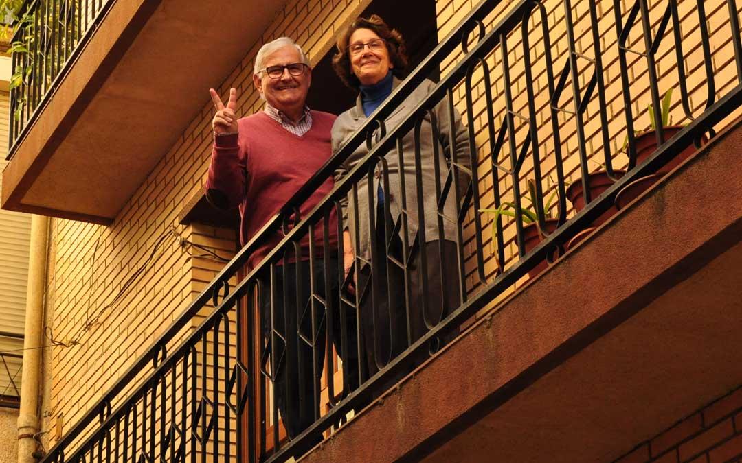 Ángel Rubio y Encarna Muñoz en el balcón de su casa de Cretas./ L.C.