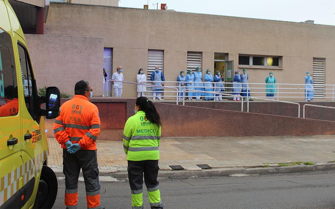 Aplauso sanitario frente al Hospital de Alcañiz a las ocho de la tarde./ B. Severino