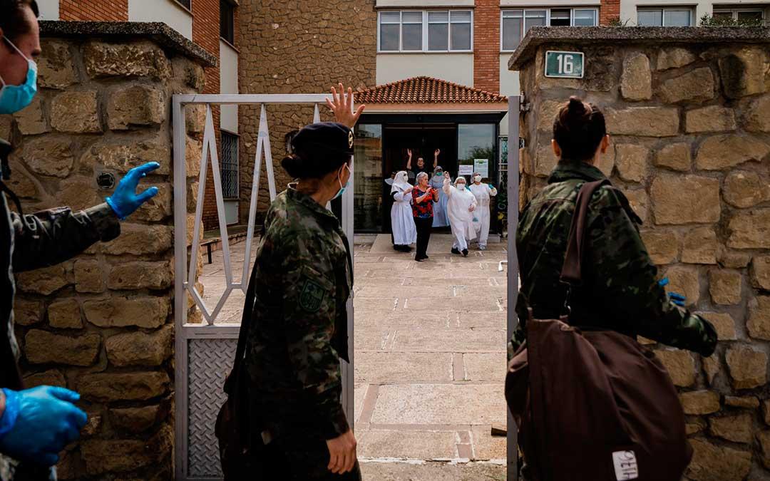 El personal de la residencia caspolina sale a la puerta a despedir a los efectivos del Ejército de Tierra./ Cesáreo Larrosa