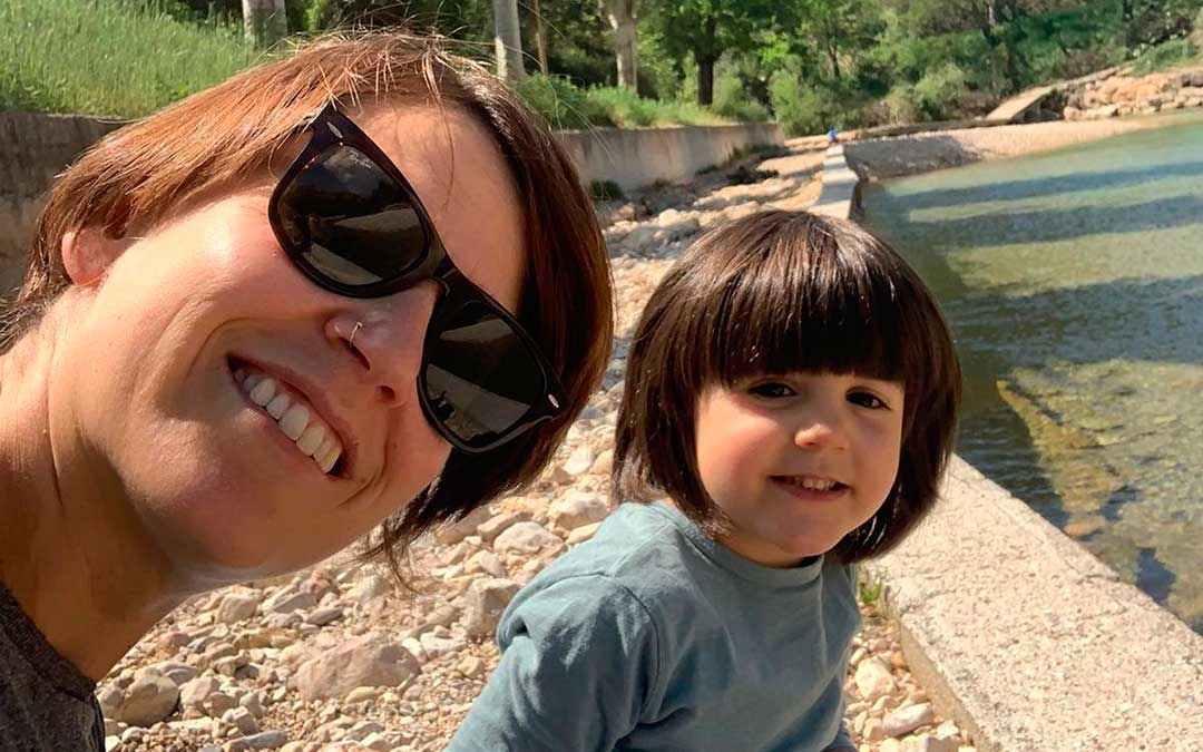 La beceitana Marta Lázaro junto a su hija Candela en el primer paseo que ambas han podido dar en más de 1 mes.