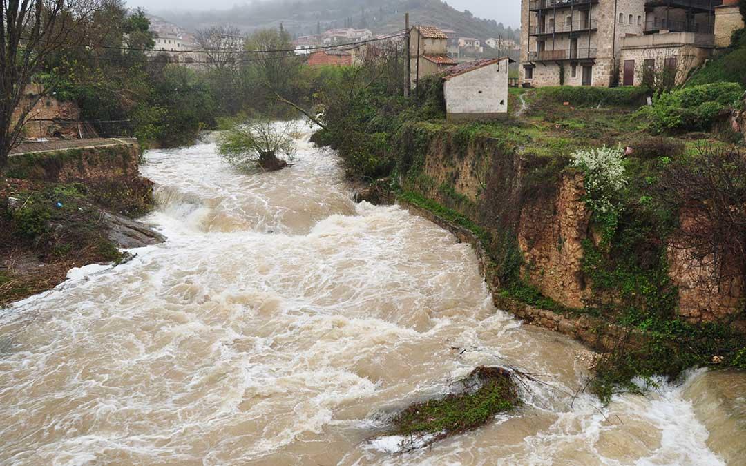 El Matarraña en Beceite ha superado los 32 m3/s en el casco urbano y los 60 m3/s al recibir las aguas del río Ulldemó.