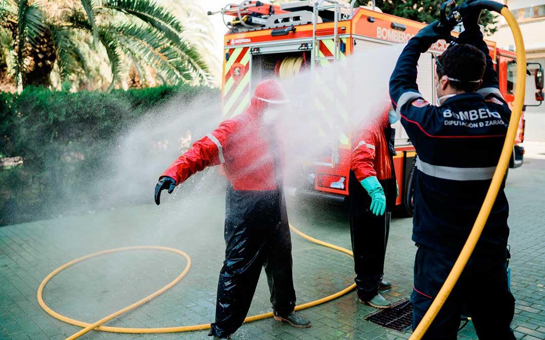 Un bombero desinfectándose antes de comenzar con los trabajos en la residencia. Imagen: Cesáreo Larrosa.