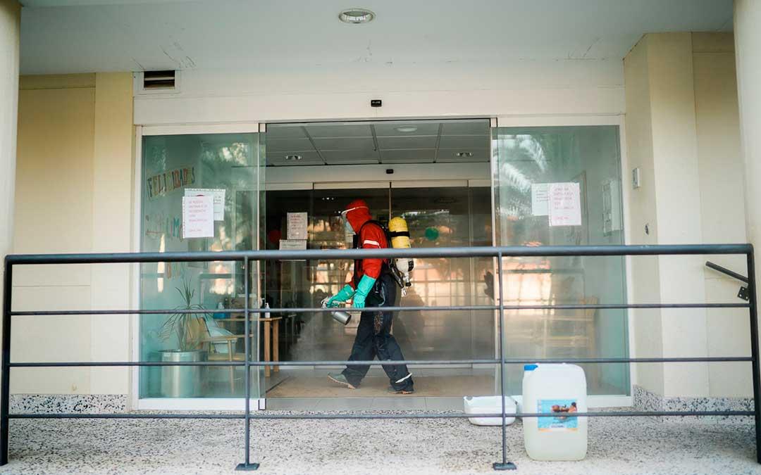 Un bombero en el interior de la residencia Adolfo Suárez. Imagen: Cesáreo Larrosa.