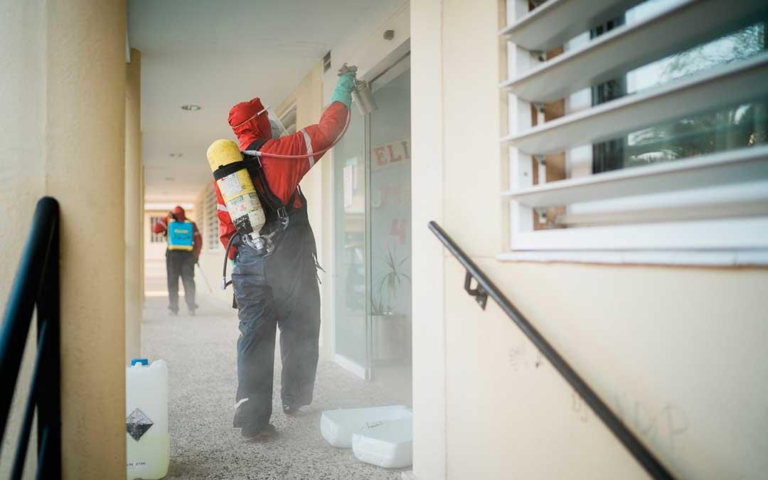 Un bombero desinfectando el exterior de la residencia Adolfo Suárez. Imagen: Cesáreo Larrosa.