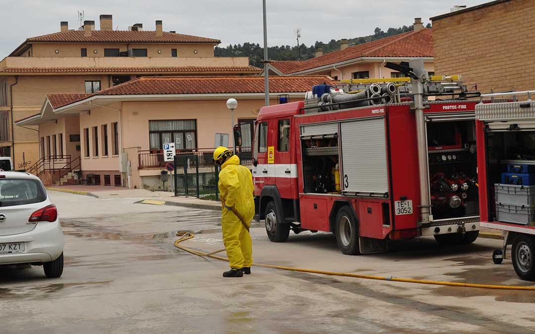 Los bomberos de la DPT del parque de Alcañiz desinfectando el miércoles los alrededores de la residencia y del centro de salud de Valderrobres.