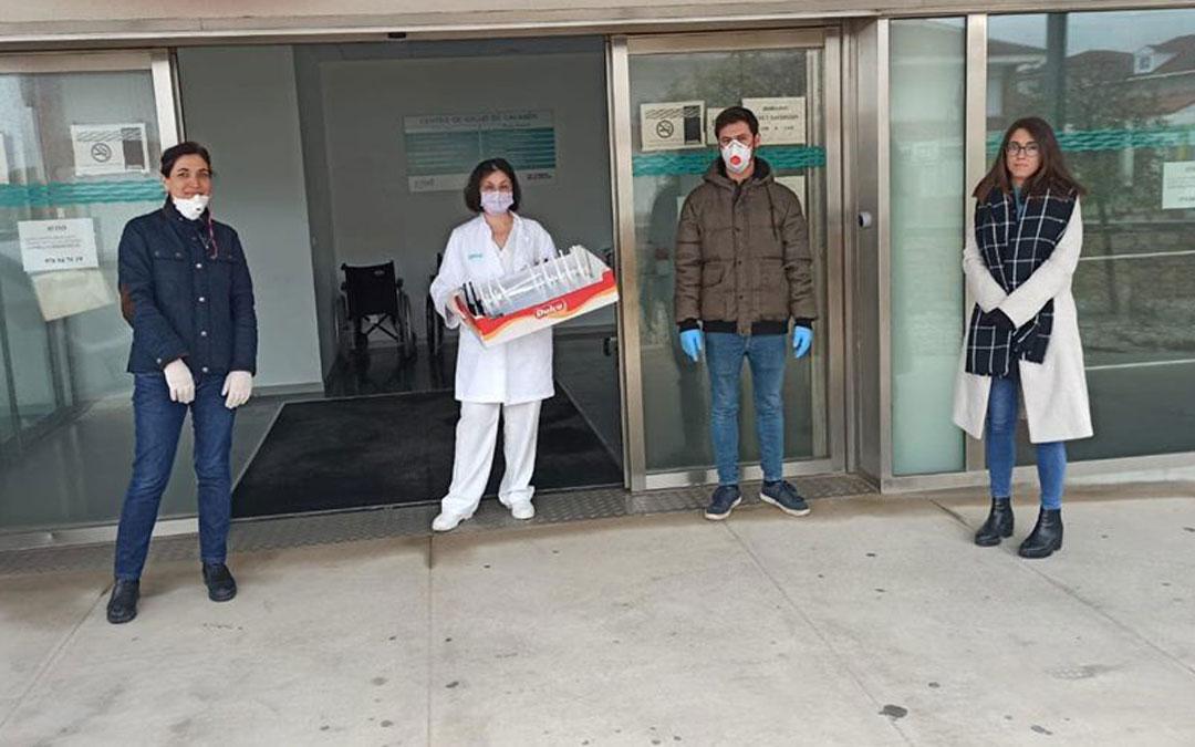 El Ayuntamiento de Calanda y el grupo de voluntarios del Bajo Aragon 'coronavirus Makers' entregaron pantallas de protección individual al centro de salud y centro residencial. / Ayto. Calanda