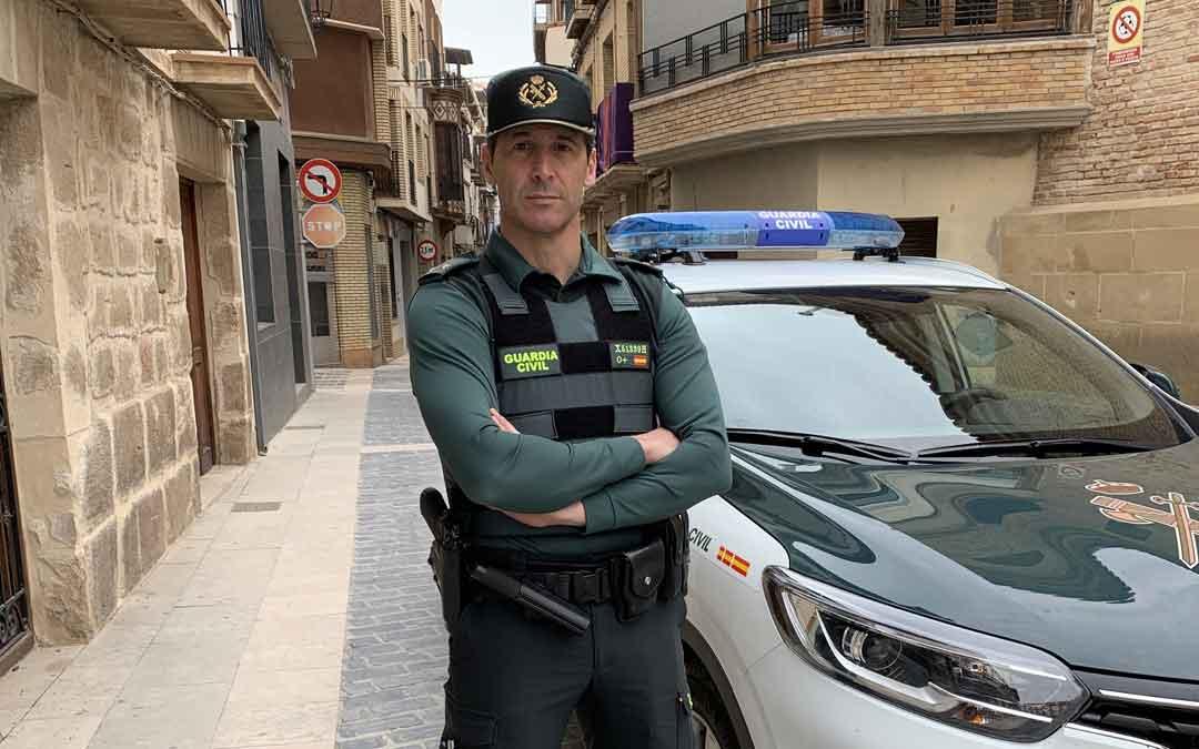 El teniente Muro, máximo responsable de la Comandancia de Alcañiz, en Calanda / M. Q.