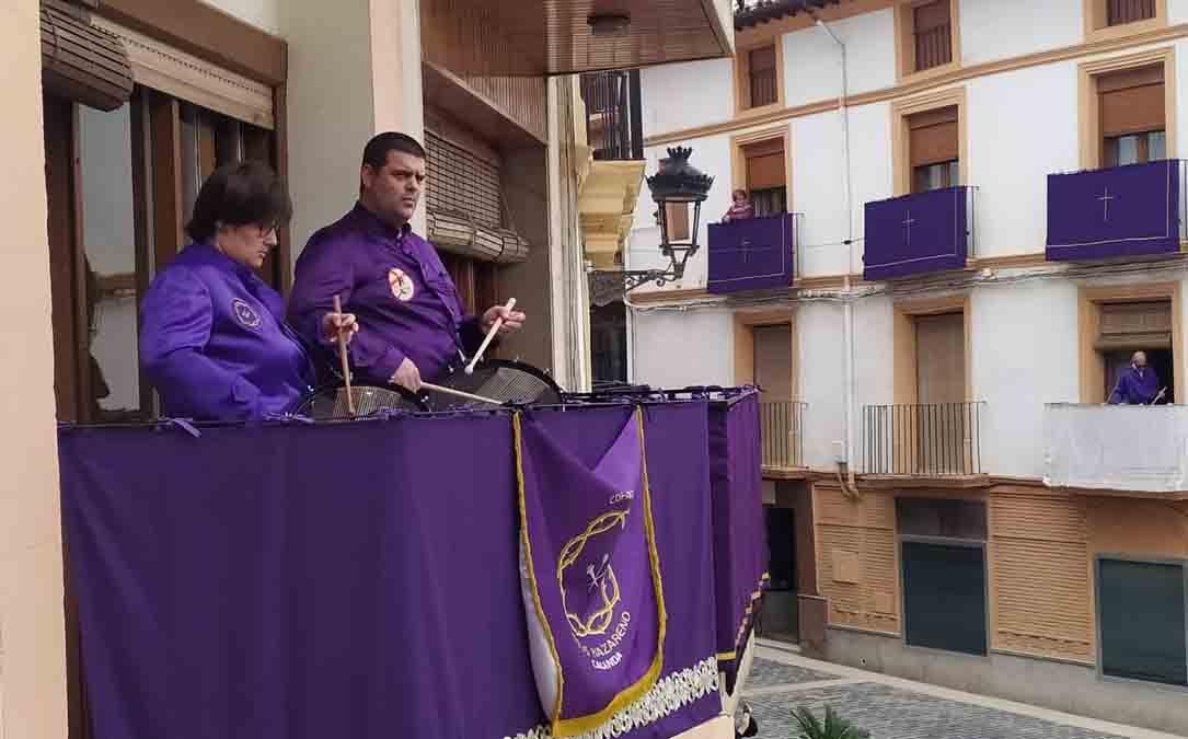 Víctor y Bea este viernes tocando desde su balcón de la plaza