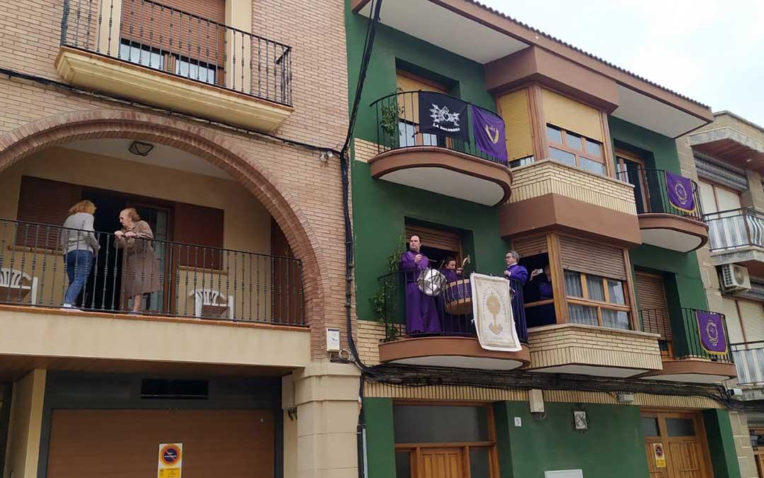 Imagen de archivo: Vecinos de Calalnda tocando tras la Rompida el año pasado desde sus balcones. / M. Q.
