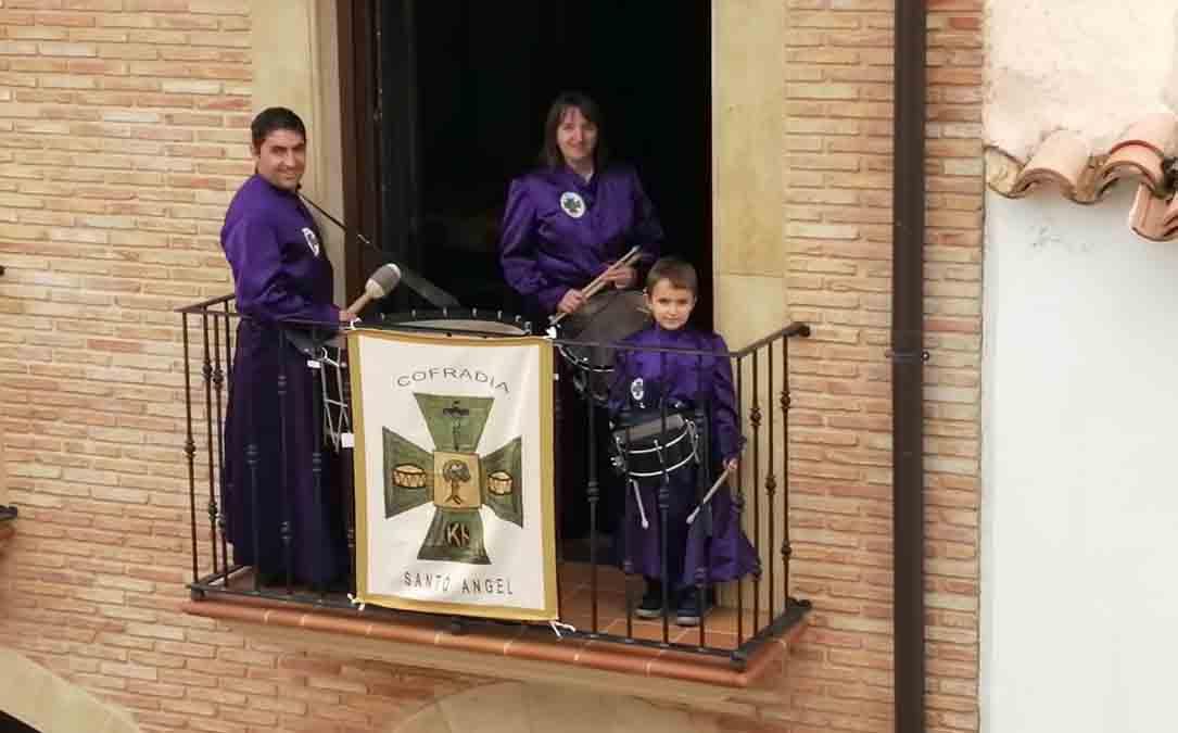 Una de las familias del Santo Ángel  en su balcón