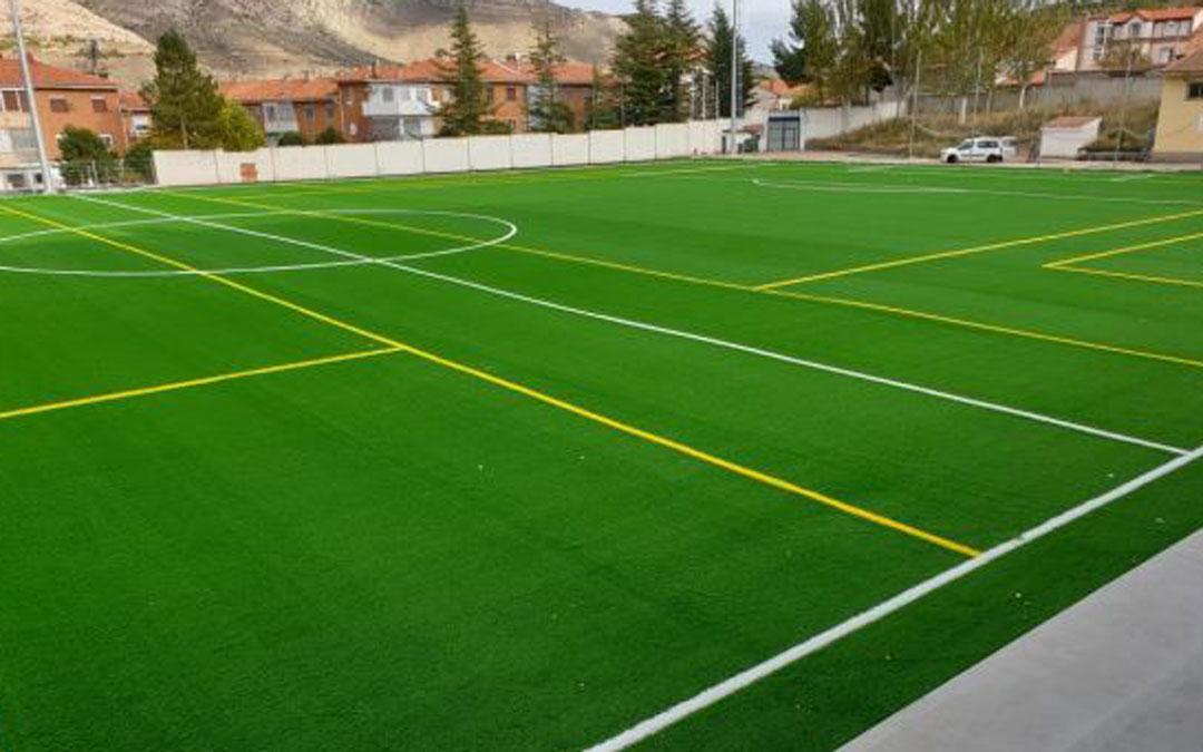 Aspecto que ofrece el nuevo césped artificial del campo de fútbol de Utrillas./ Ayto. Utrillas