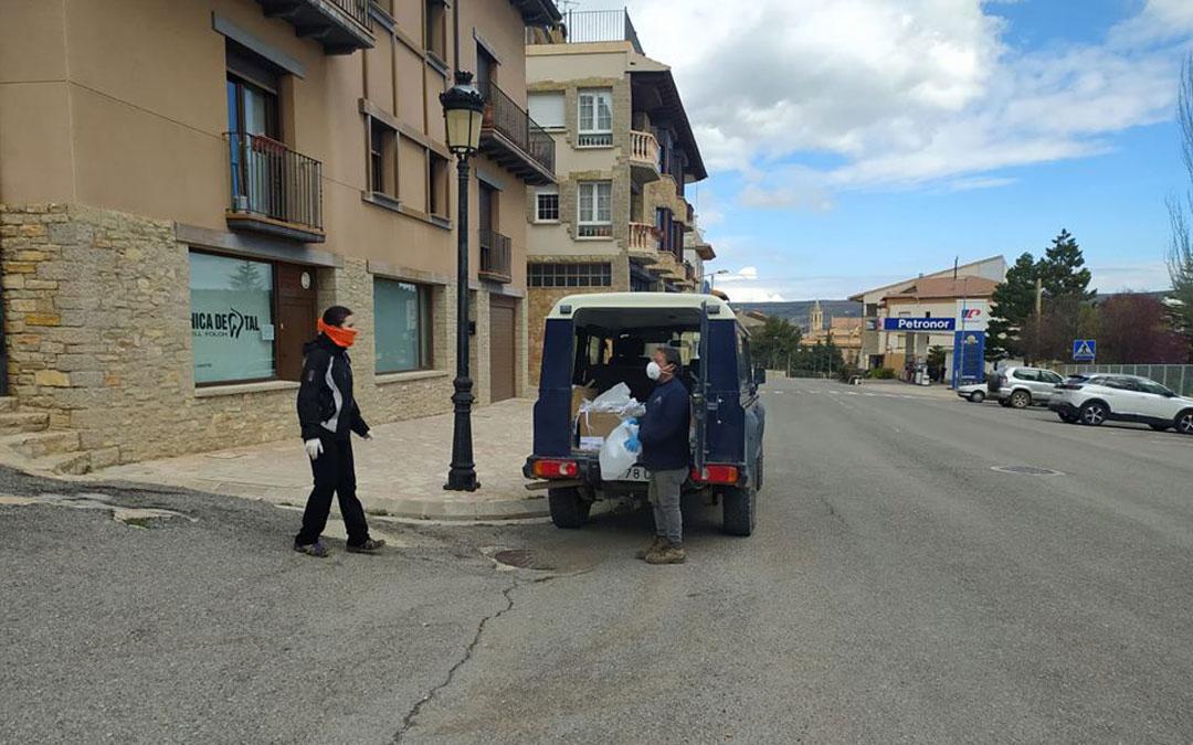 Reparto de mascarillas caseras entre vecinos de Cantavieja. / Ayuntamiento de Cantavieja