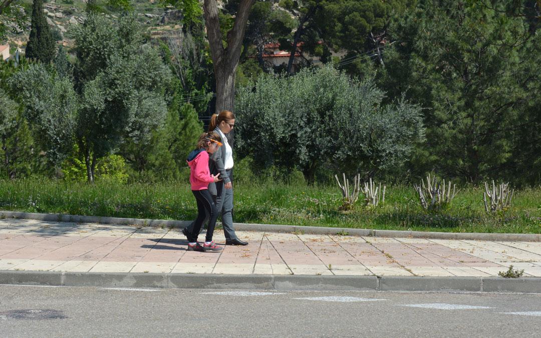 Carmen y su hija Blanca paseando./I.M.