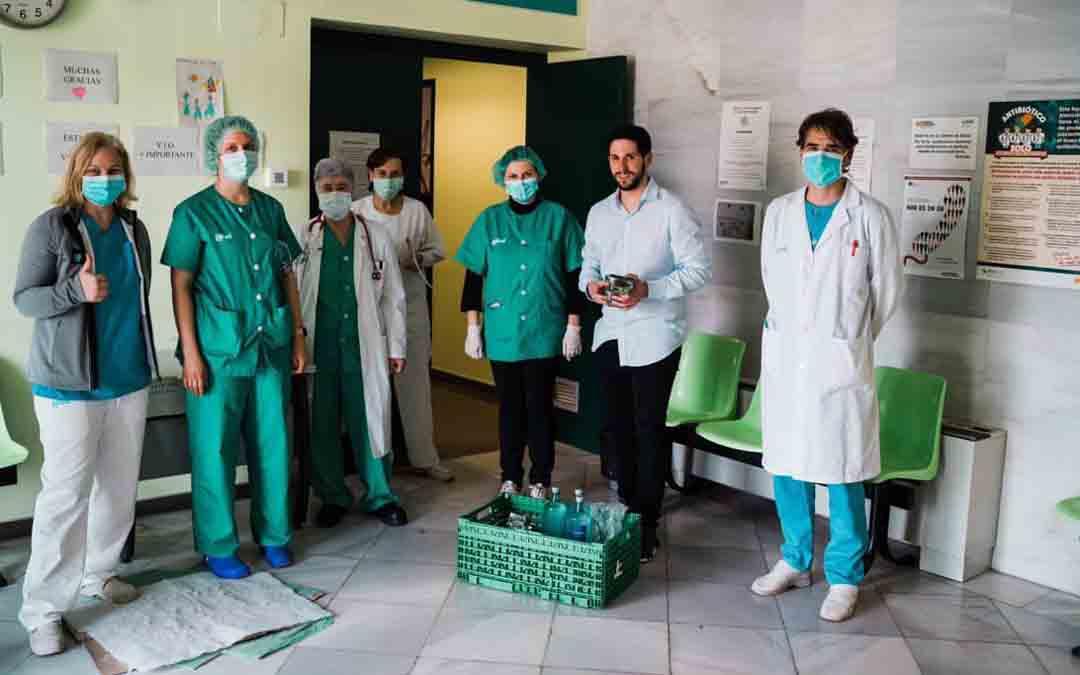 Los sanitarios reciben la comida de la Tasca del Artillero