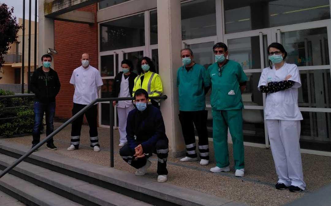 Imagen de archivo. Minuto de silencio en el centro de salud de Híjar por el médico fallecido durante la pandemia/ Maaszoom