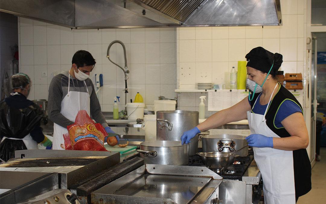 La cocina del Hotel Ciudad de Alcañiz ha seguido en funcionamiento por su condición de centro medicalizado./ Laura Castel