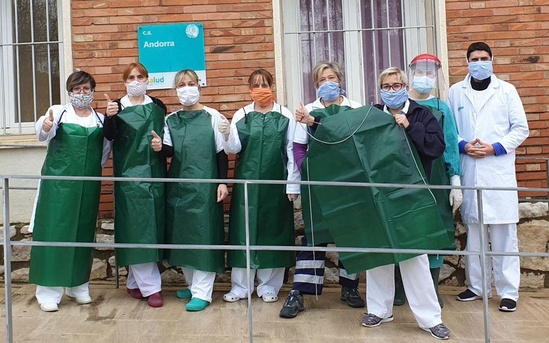 Parte del equipo del Centro de Salud de Andorra con los delantales confeccionados con sacos de carbón