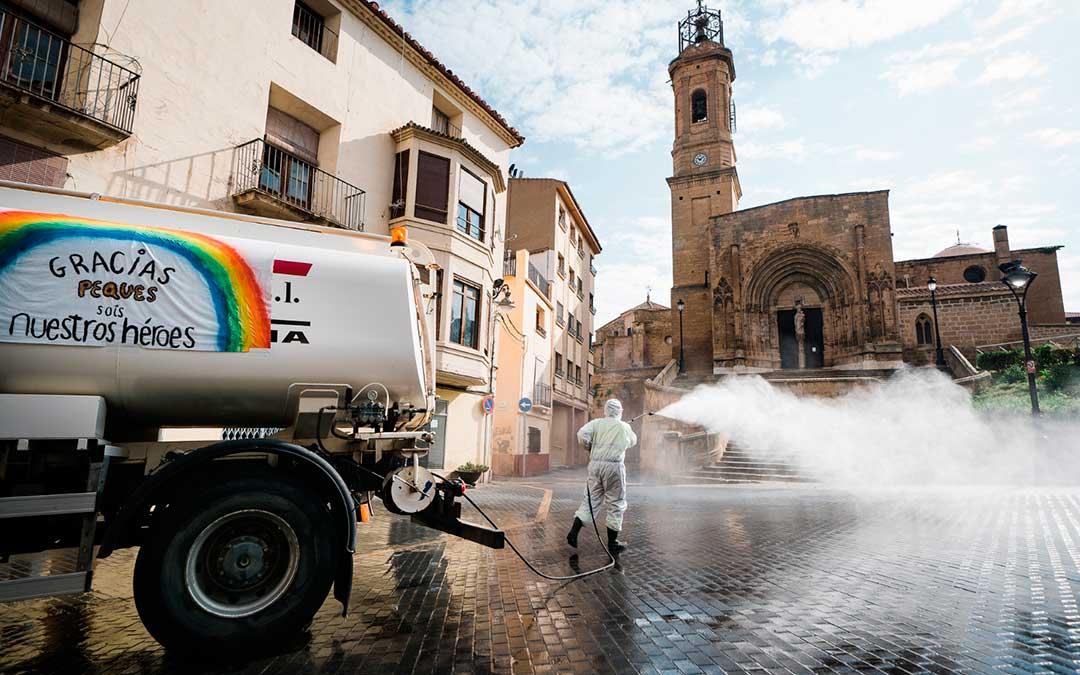 Limpieza y desinfección en la plaza de la Colegiata durante los momentos más complicados de la pandemia. Imagen: Cesáreo Larrosa.
