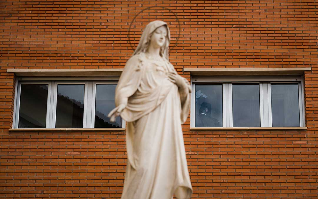 Escultura en el exterior de la residencia. Imagen: Césareo Larrosa.