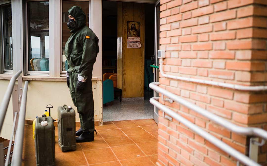 Un efectivo descansando en el exterior. Imagen: Césareo Larrosa.