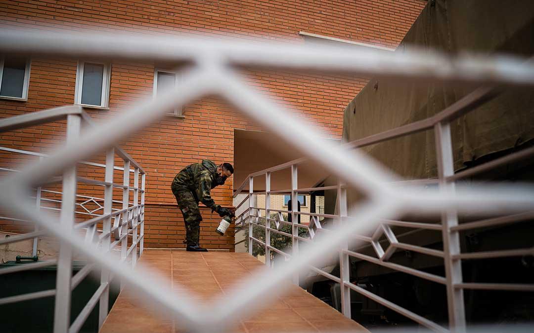 Un efectivo desinfectando el exterior. Imagen: Césareo Larrosa.