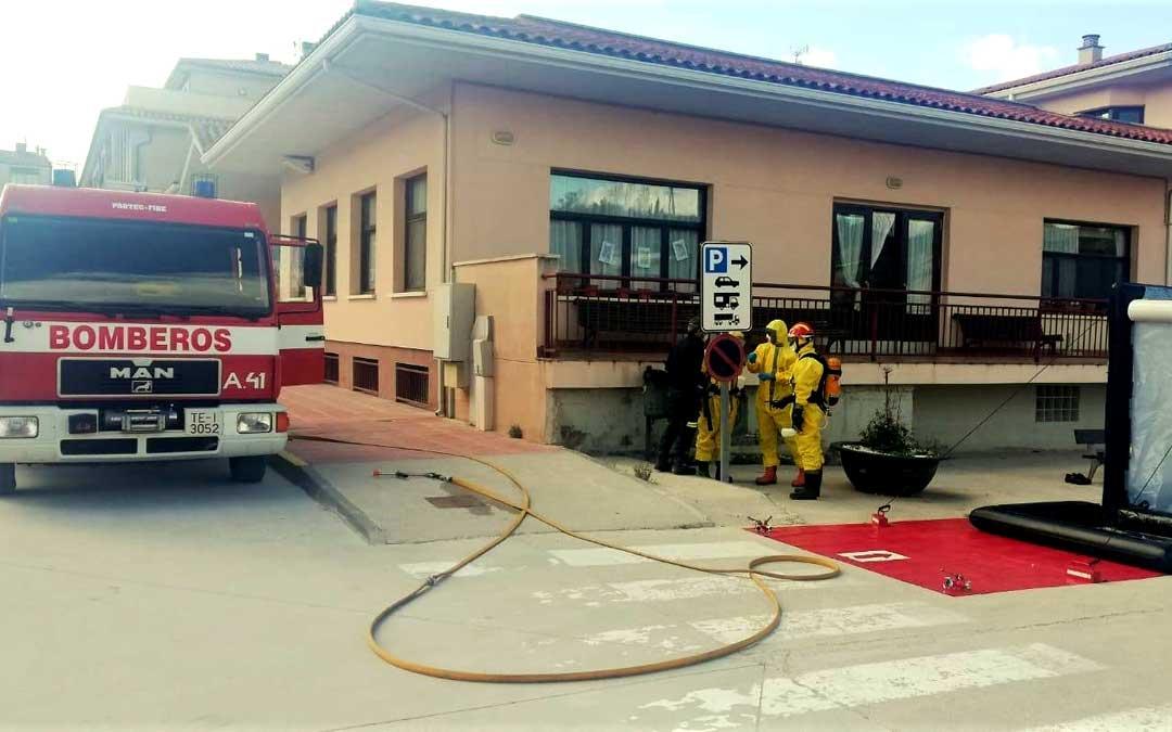 Los bomberos del parque de la DPT de Alcañiz llevan a cabo labores de desinfección.