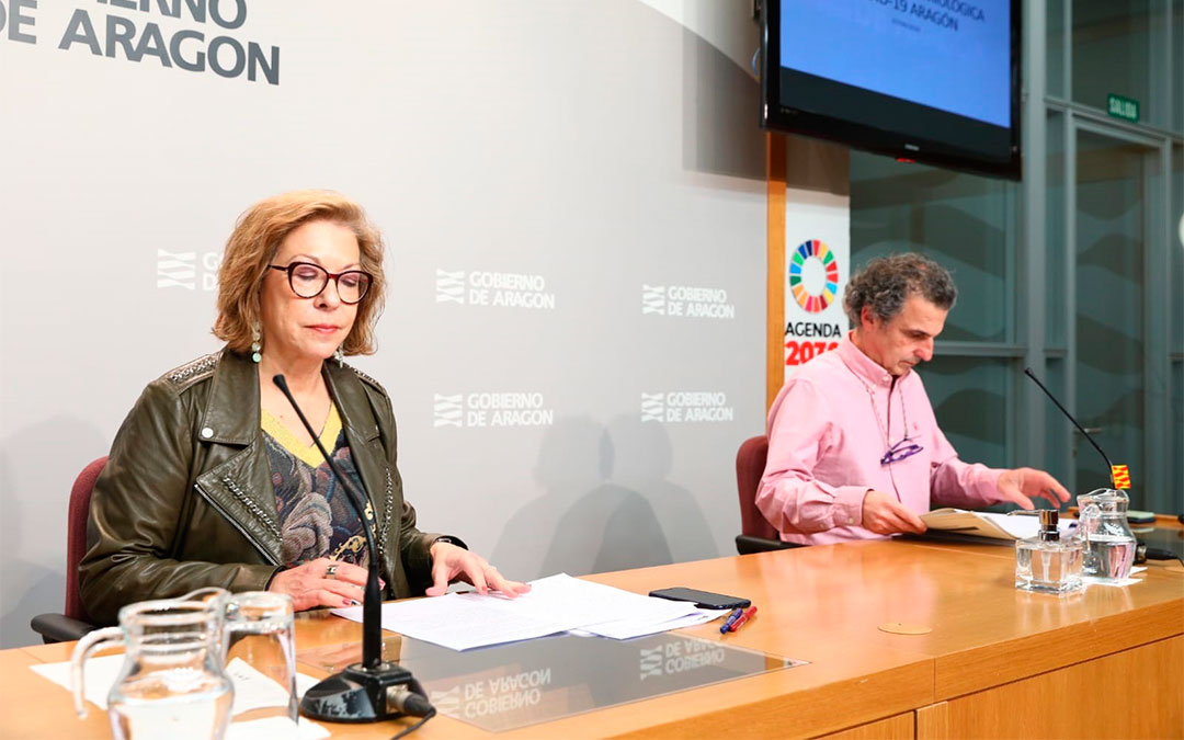 La consejera de Presidencia, Pilar Ventura, y el director general de Salud Pública, Francisco Javier Falo, informan en rueda de prensa este marteS sobre la evolución de los casos de Covid-19 en Aragón./ DGA