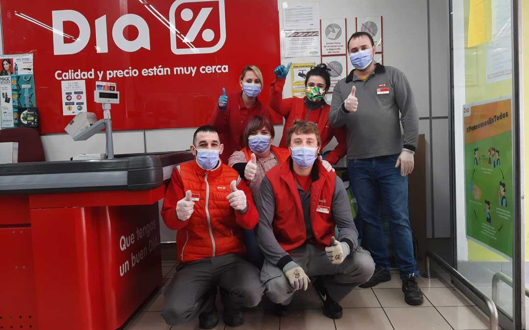Parte del equipo de los supermercados DIA en Alcañiz que se han propuesto hacer más llevadero el trabajo a los sanitarios. / DIA