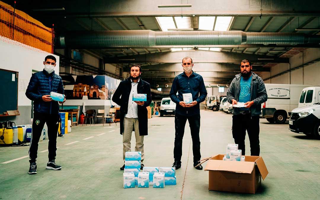 Representantes de la comunidad musulmana-magrebí entregando la primera donación. Imagen: Cesáreo Larrosa