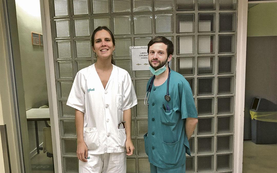 Residentes bajoaragoneses. Elena Murlanch Dosset (Híjar) y Daniel Meseguer González (Alcañiz) este miércoles en el Hospital Clínico./ L.C.